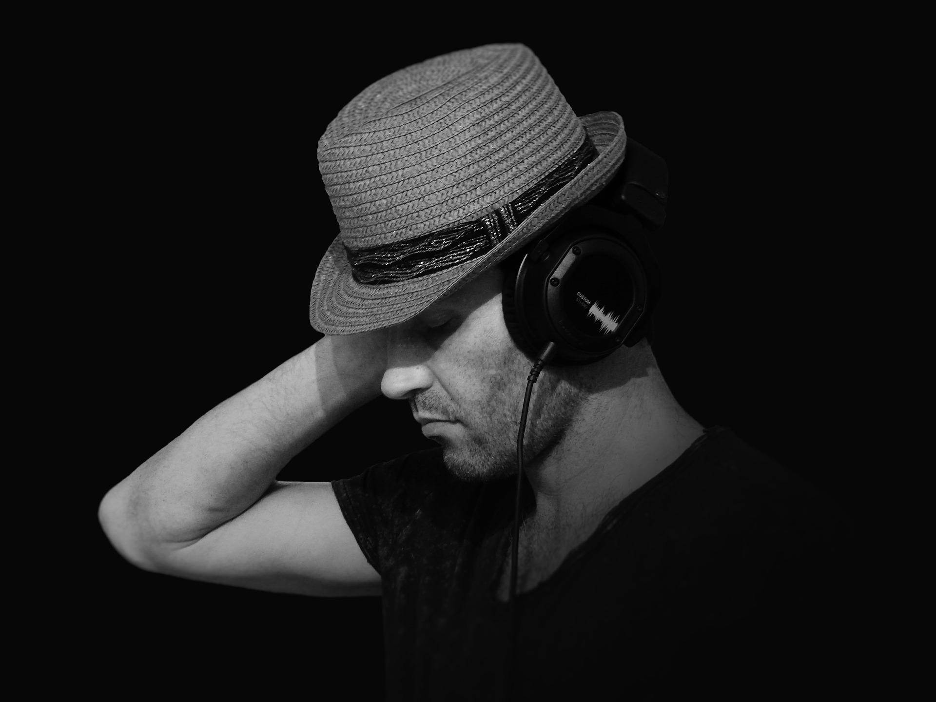 Fedora Hut mit Kopfhörern