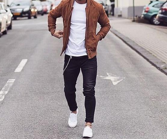 Braune Lederjacke und weißes T-Shirt