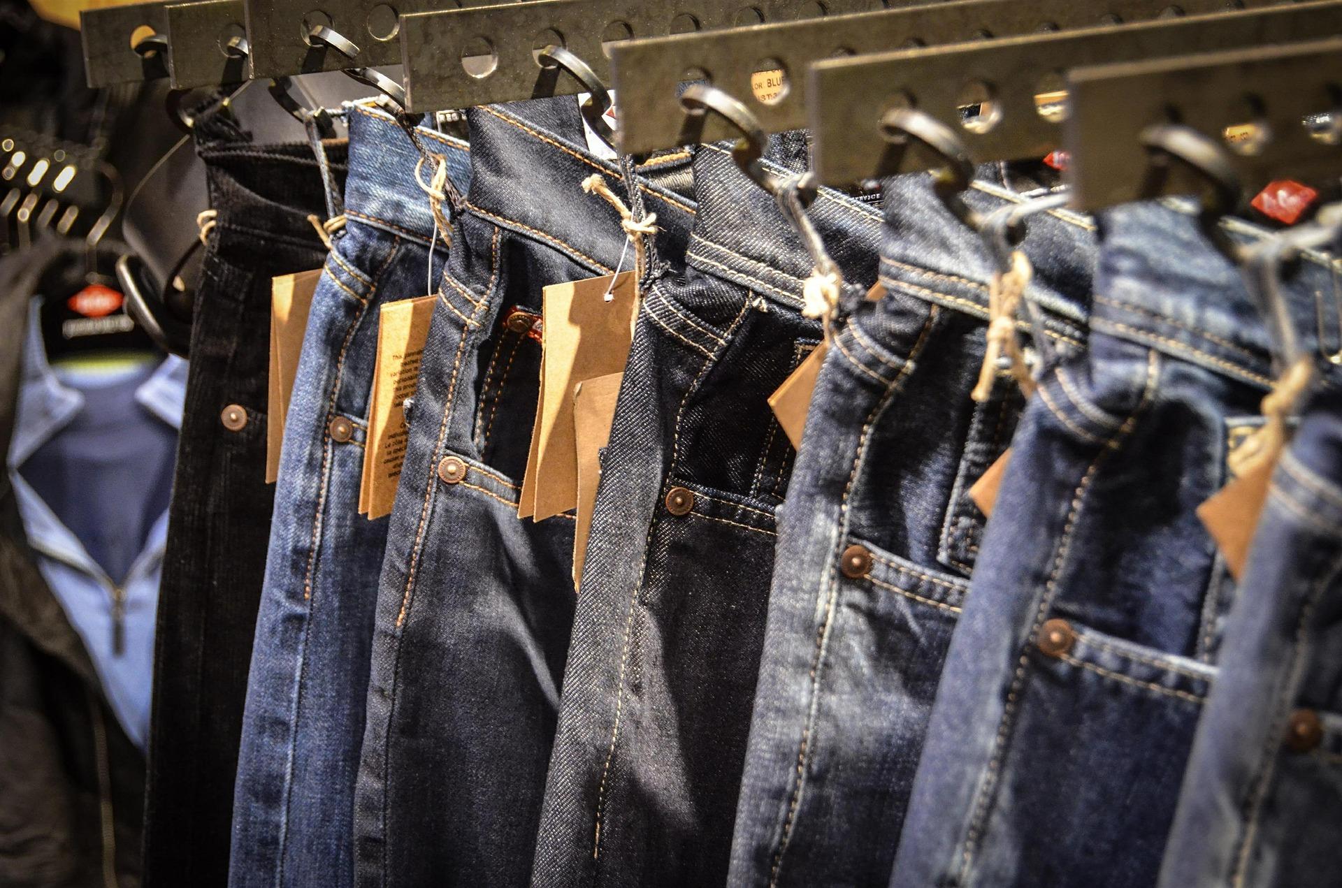 Hosenarten für Männer Jeans am Bügel