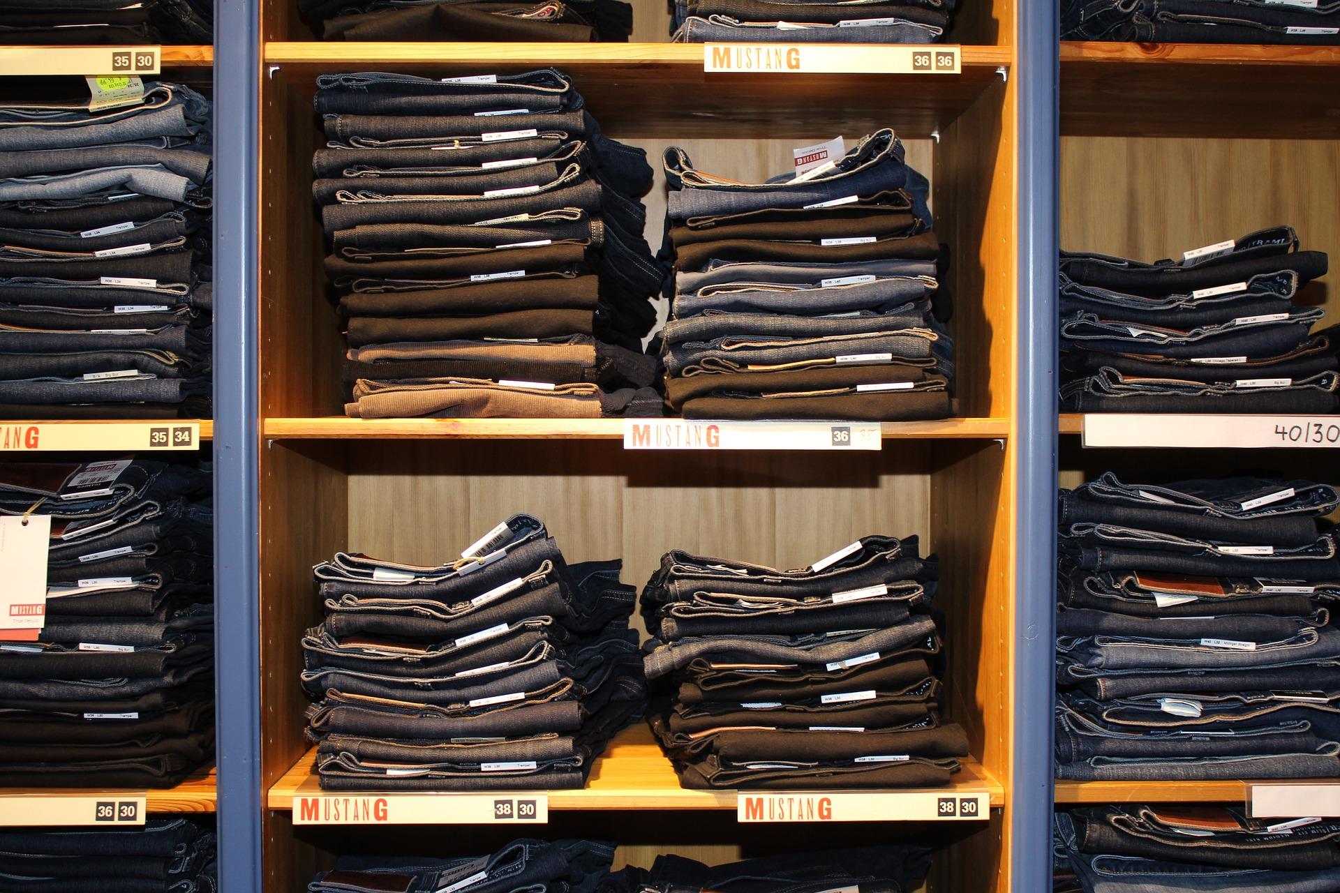 Hosenarten für Männer Jeans im Regal