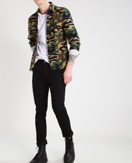 Outfit: Camouflage Jacke und Jeans